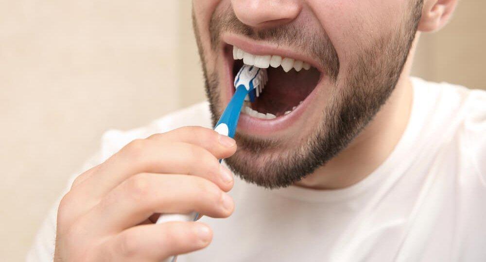 por-que-e-ruim-escovar-os-dentes-com-forca