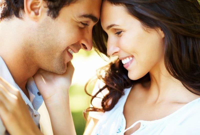 casal-se-olhando-e-sorrindo