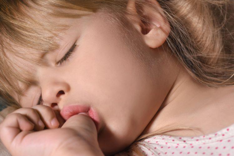 imagem-destaque-artigo-orthoclin-crianca-chupando-dedo