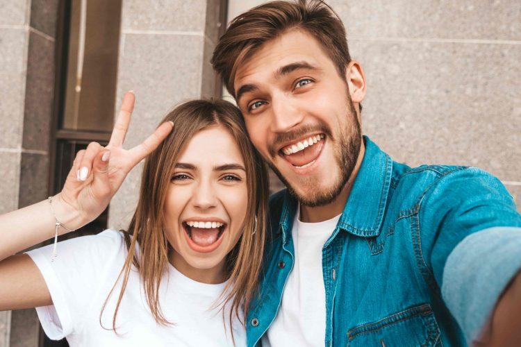 Casal feliz e sorrindo tirando foto