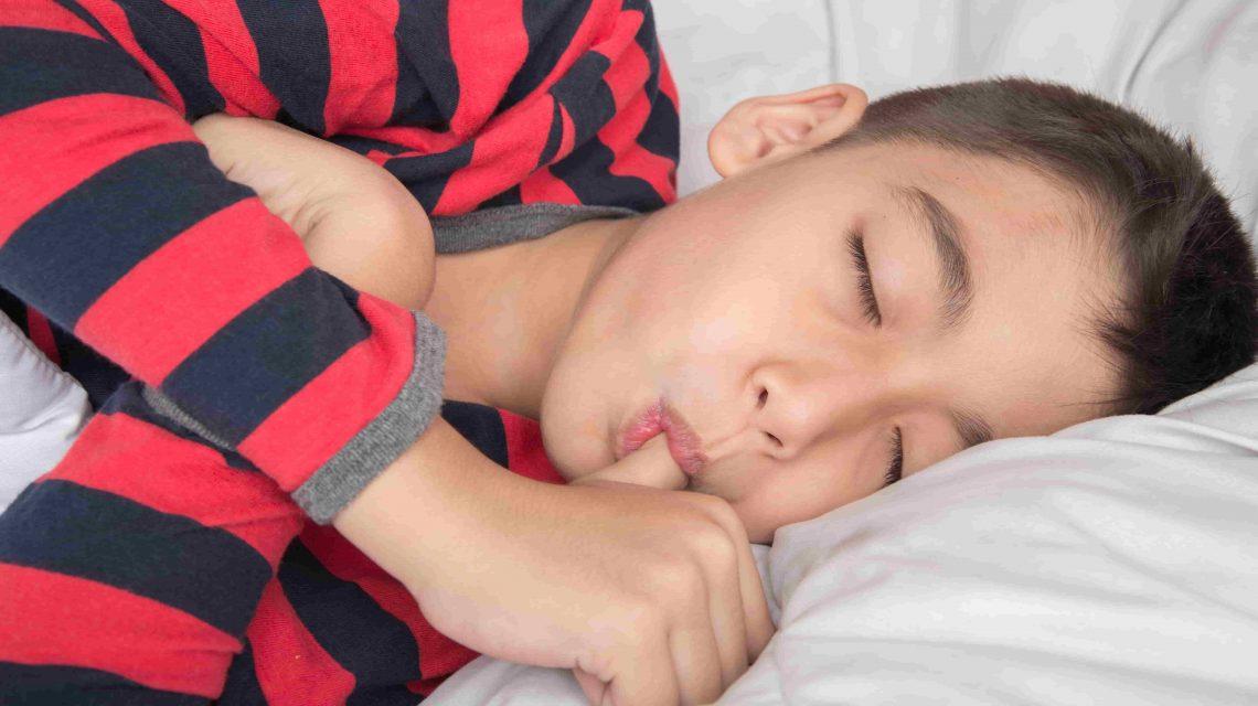 Criança dormindo enquanto chupa o dedo - Artigo Orthoclin