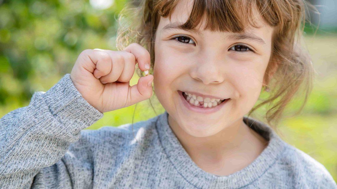 criança sorrindo com arcada dentaria incompleta artigo orthoclin