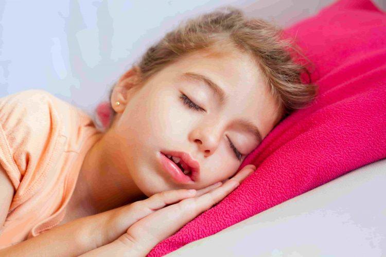 Criança dormindo com a boca aberta e roncando - Orthoclin
