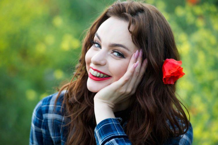 Mulher sorrindo e com aparelho metálico - Orthoclin