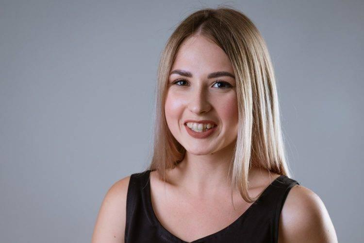 Mulher com os dentes desalinhados sorrindo - Orthoclin